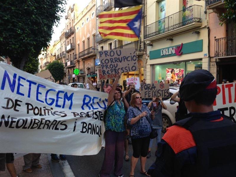 Sube la tensión en la recta final: Un grupo de manifestantes agua el paseo por Reus de Rajoy y Albiol