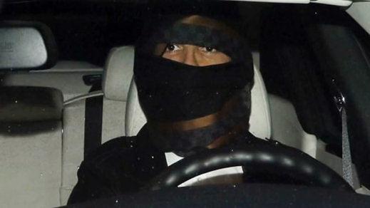 Cristiano Ronaldo huye de la prensa conduciendo sin cinturón