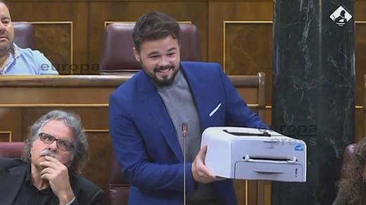 El nuevo show de Gabriel Rufián: se llevó a su escaño una impresora