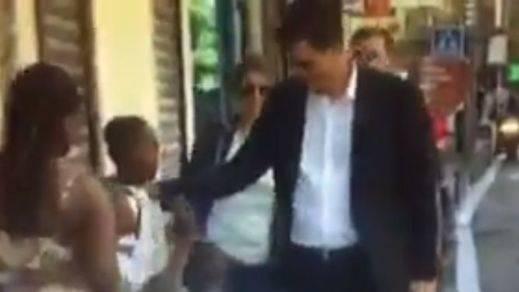 El vídeo de Sánchez limpiándose la mano tras estrechársela a un niño negro enfanga la campaña