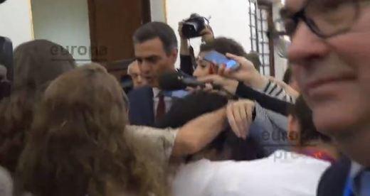 Sánchez se escabulle de la prensa al salir del Congreso