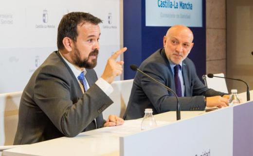El director general de Calidad y Humanización en la Asistencia Sanitaria, Rodrigo Gutiérrez, y el director general de Juventud y Deportes y enfermo de ELA, Juan Ramón Amores