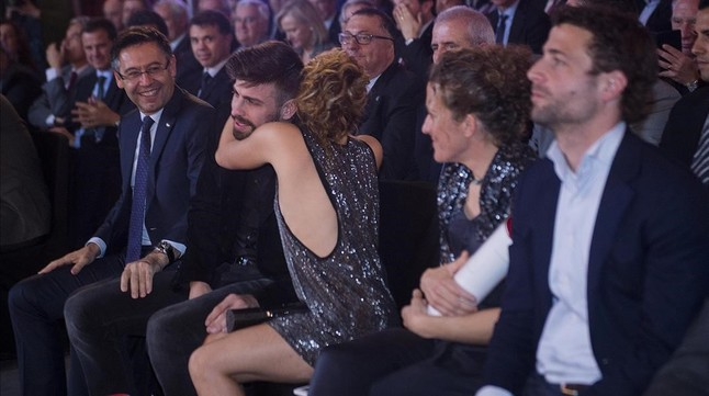 Piqu� gana el premio al 'Mejor deportista catal�n' y acaba consolado por Shakira
