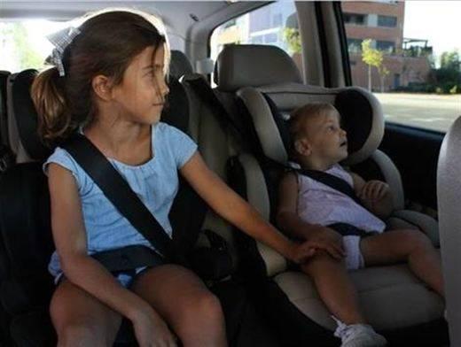 Los menores que midan menos de 1,35 metros no podrán viajar en el asiento delantero a partir de este jueves