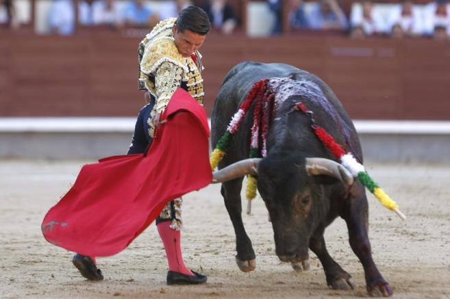 Urdiales muletea a su prmer toro