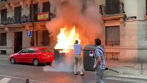 Queman un contenedor frente a la sede de Vox y Ortega Smith apaga el fuego